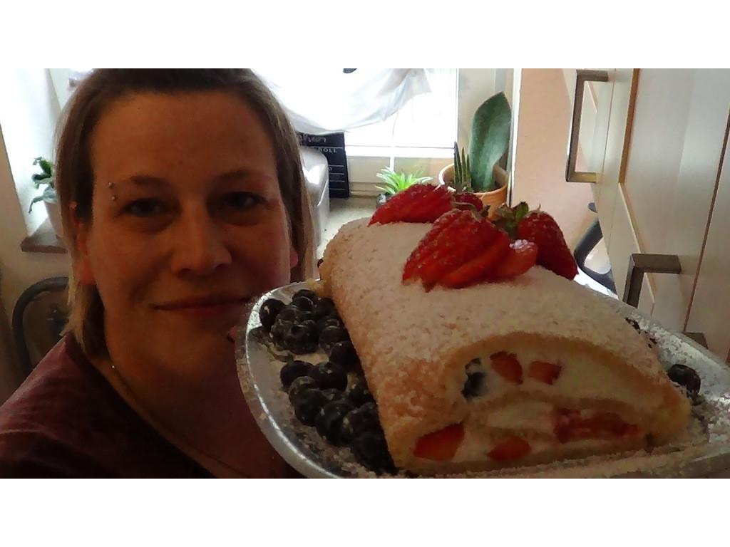 Biskuitrolle mit Erdbeeren und Chia Samen