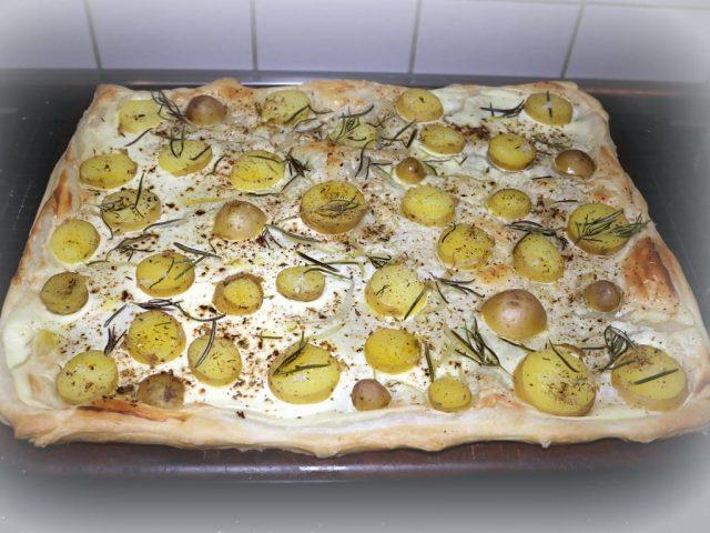 Kartoffelpizza / Kartoffelflammkuchen mit Rosmarin und Meersalz