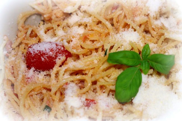One Pot Pasta Spaghetti mit Tomate und Speck