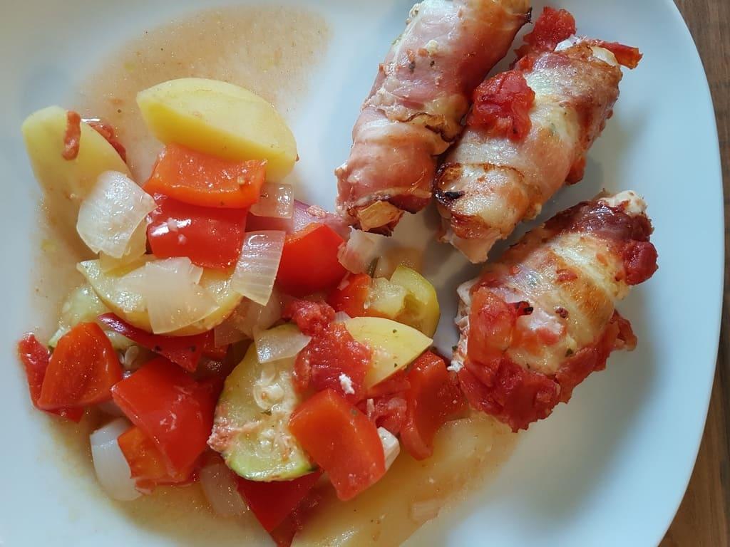 Eingewickeltes Hähnchenfilet mit mediteranten Frischkäse auf gemischten Ratatouille Gemüse