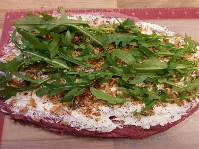 Gefülltes Schweinefilet mit Frischkäse, Röstzwiebeln und Rucola aus der rechteckige Ofenhexe®