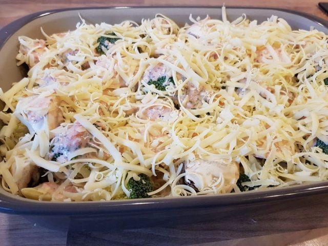 Maultaschen Gratin mit Brokkoli & Champignons aus der rechteckigen Ofenhexe®