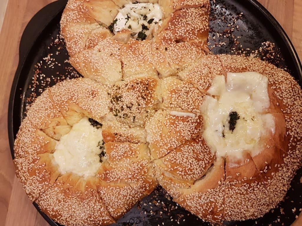 Sesamringe mit Camembert auf dem RockCrok von Agnes