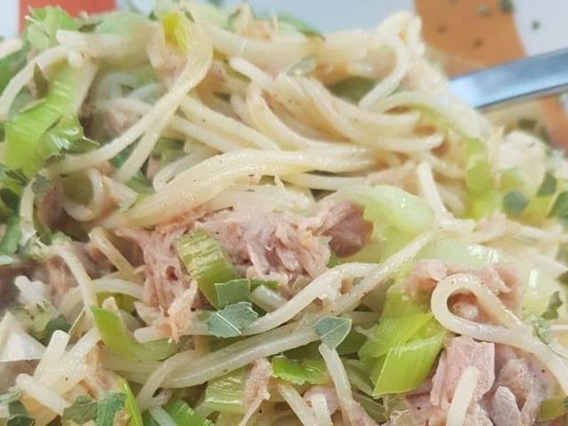 Spaghetti mit Thunfisch, Lauch und Knoblauch