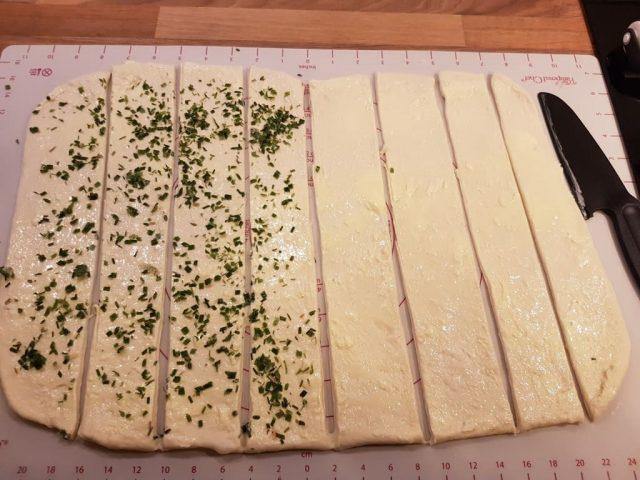 Raclette Faltenbrot mit Raclette Käse / Camembert und Preiselbeer Topping aus der rechteckige Ofenhexe®