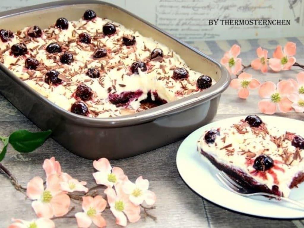 Schwarzwälder Kirsch Schnitten aus der rechteckigen Ofenhexe