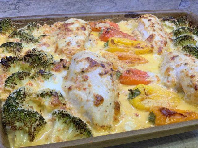 Parmesan Hähnchen mit Gemüse in Kräuterrahmen