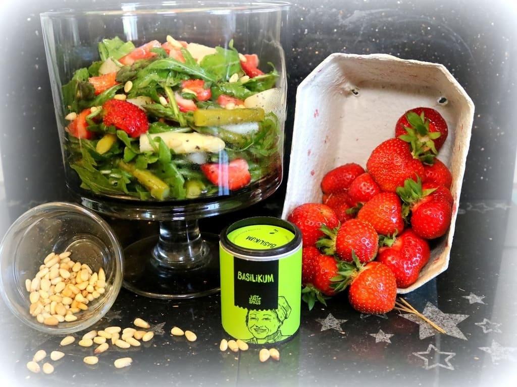 Frischer Spargel - Erdbeere - Salat