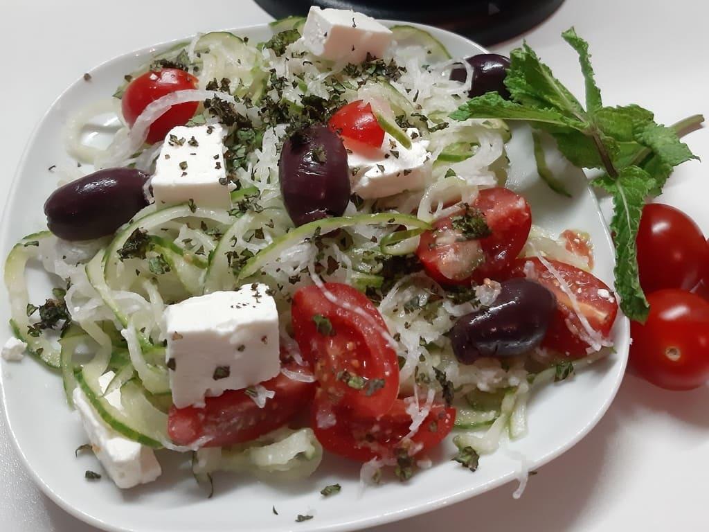 Griechischer Low-Carb Salat mit Gemüsenudeln von Astrid Bartels