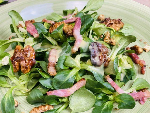 Feldsalat mit Kartoffeldressing und kandierten Walnüssen