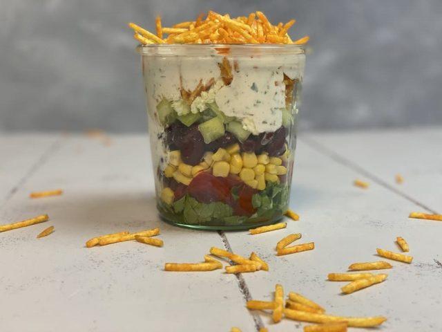 Schichtsalat mit Frit-Sticks und Ranch Dressing